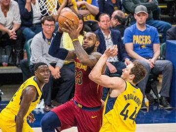 LeBron James anota ante la defensa de los Pacers