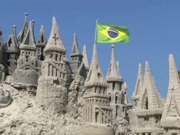 Vive en el interior de un castillo de arena gigante en una playa de Río de Janeiro