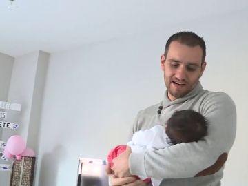 Imagen de archivo de un padre con un bebé