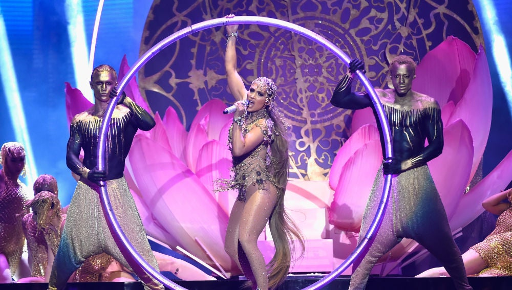 Jennifer Lopez interpretando 'El Anillo' en los Latin Billboard 2018