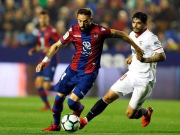 Morales conduce el balón ante la defensa de Banega