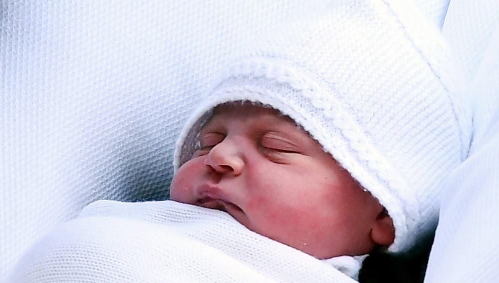 Fotografía de archivo del tercer hijo de los duques de Cambridge a su salida del hospital