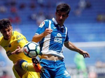 Gerard Moreno pelea un balón ante Las Palmas