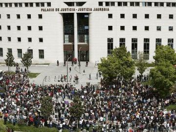 Cientos de personas se concentran frente al Palacio de Justicia de Navarra