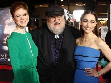 George R.R. Martin con las actrices de 'Juego de Tronos Emilia Clarke y Rose Leslie
