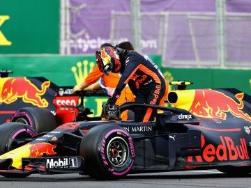 Verstappen se baja del Red Bull