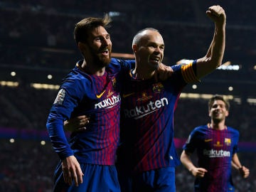 Messi e Iniesta celebran un gol