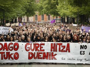 Varios miles de personas ayer ante el Palacio de Justicia de Navarra