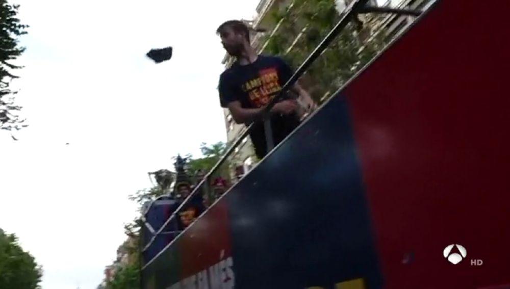"""Piqué lanza una zapatilla desde la rúa del Barça y un Mosso d'Esquadra le llama la atención: """"¡Gerard, basta eh!"""""""