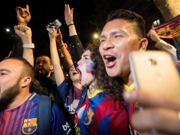 Aficionados del Barcelona celebran la Liga en Canaletas