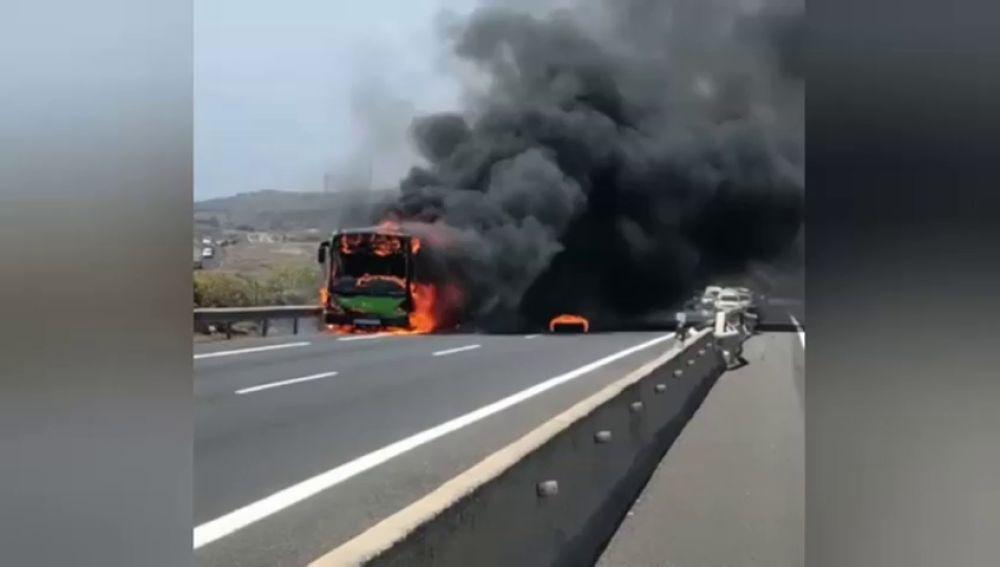 Los incendios de los autobuses en Canarias se triplican en los últimos 8 años