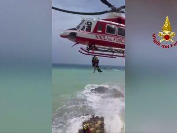 Utilizan un helicóptero de salvamento para rescatar a dos turistas atrapados por el fuerte oleaje en Sicilia
