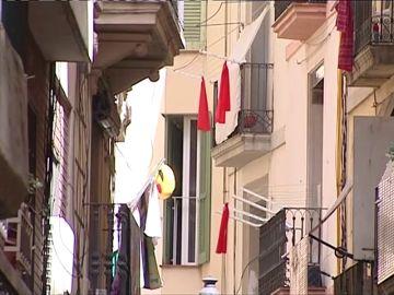 Los vecinos del Raval colocan lazos rojos para protestar contra los narcopisos