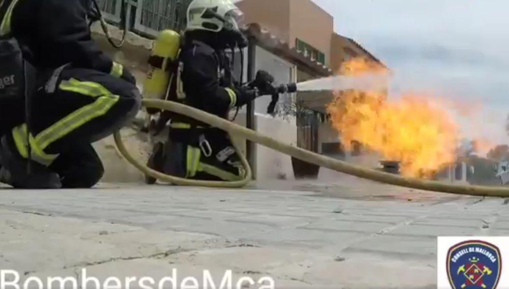 Los bomberos de Mallorca sofocando el fuego