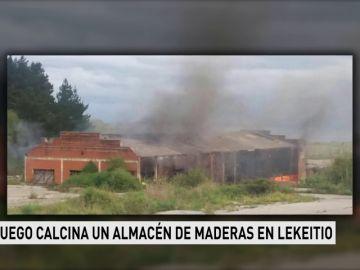 El fuego calcina un almacén de maderas en Lekeitio