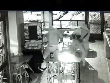 Dos ladrones se llevan el motín de una máquina tragaperras a mazazos