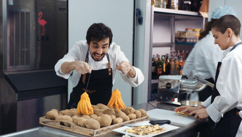 Berta y Rafita, dos patosos cocineros en un restaurante lleno de becarios