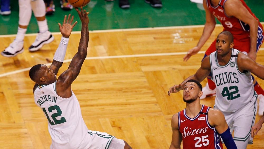 Terry Rozier anota ante los Sixers