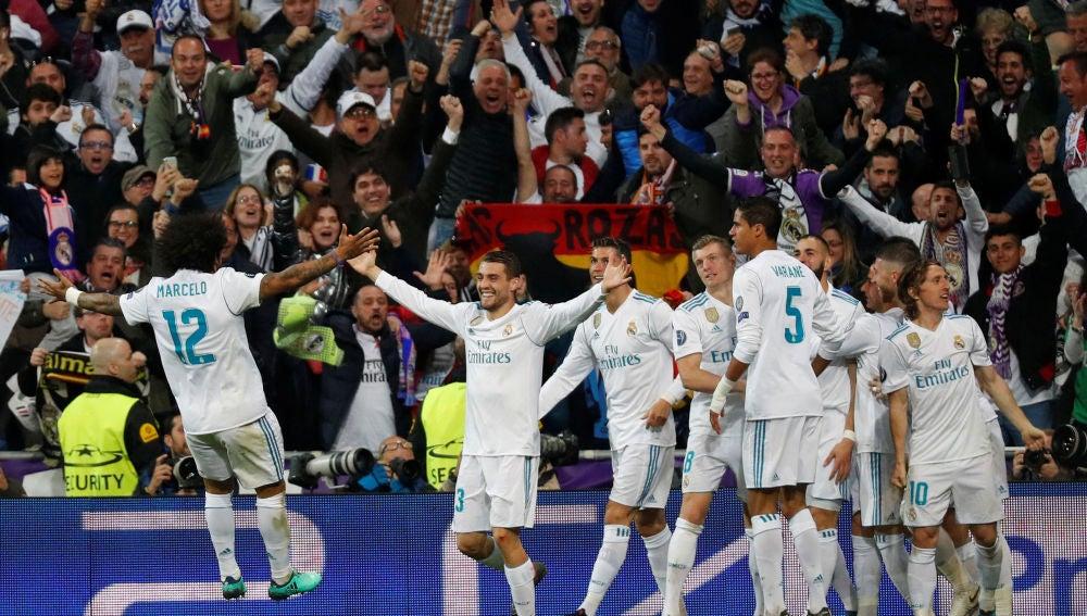 Los jugadores del Real Madrid celebran el segundo gol de Benzema
