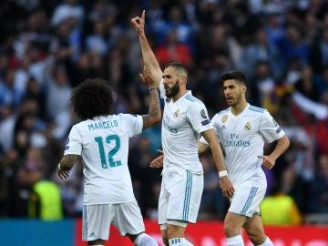 Benzema celebra con sus compañeros su gol al Bayern