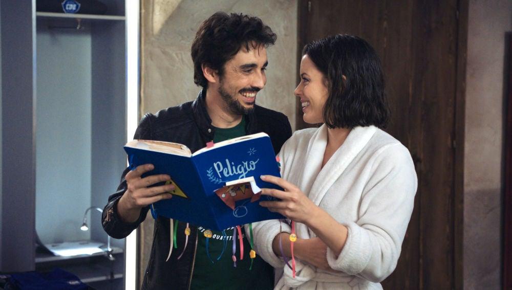 Berta le para los pies a Rafita con un libro de instrucciones para su relación