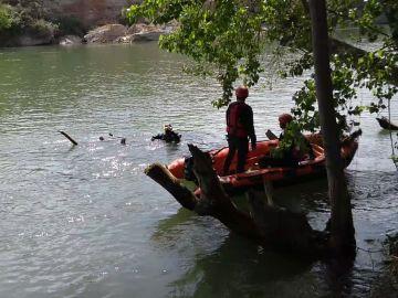 Los bomberos durante el rescate del cadáver