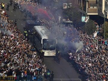 El autobús del Real Madrid, llegando al Santiago Bernabéu