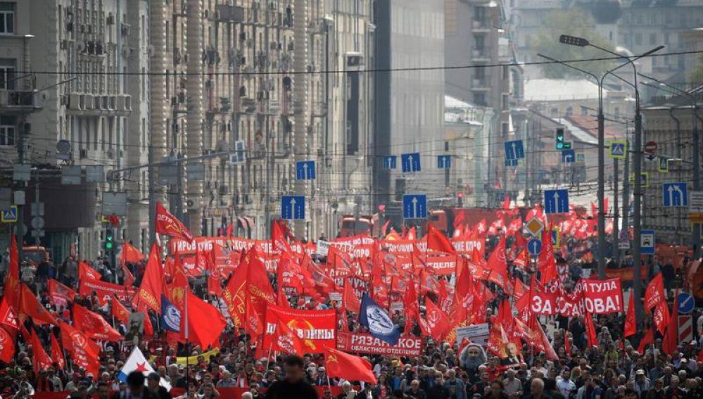Una multitud participa en la manifestación convocada con motivo del Día del Trabajador en Moscú