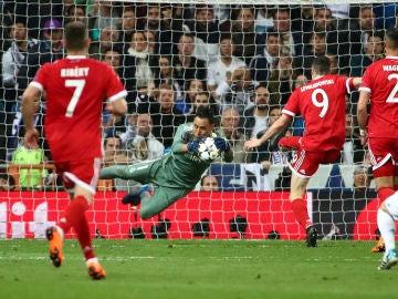 Keylor Navas bloca un balón contra el Bayern