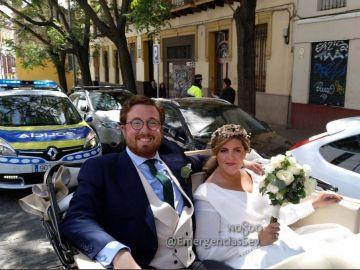 La pareja de novios escoltados por la Policía Local