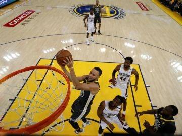 Stephen Curry, en acción ante los Pelicans