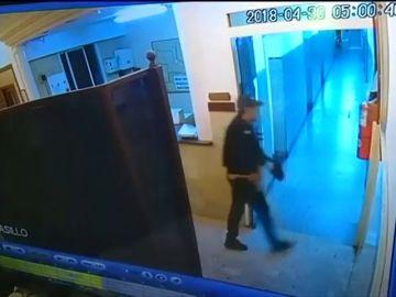 Cuatro delincuentes disfrazados de policía intentan liberar a un cómplice