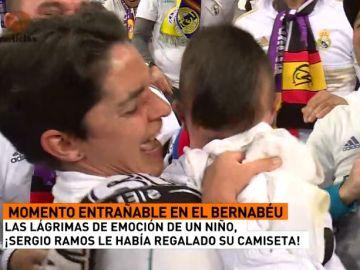 Un niño rompe a llorar después de que Ramos le regale su camiseta