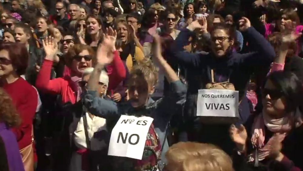 Una manifestación en apoyo a la víctima de 'La Manada' irrumpe en la tradicional parada militar que se celebra en Madrid