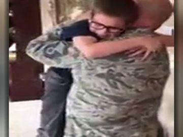 La emotiva sorpresa de un soldado estadounidense a su hijo por su cumpleaños tras ocho meses sin verse