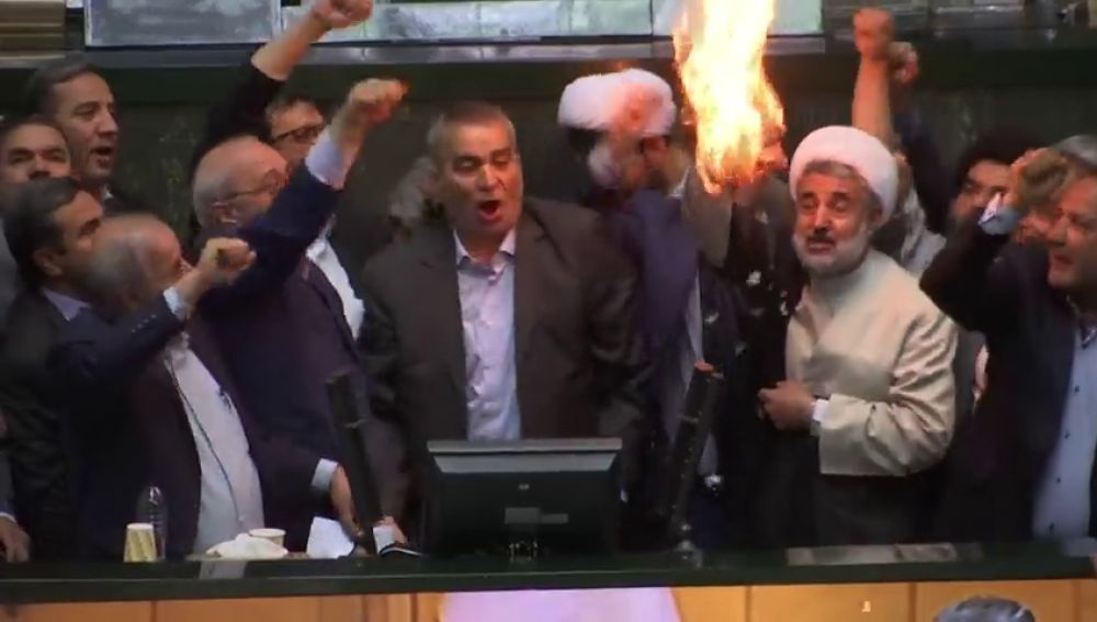 """Diputados iraníes queman la bandera de EEUU en el Parlamento al grito de """"muerte a EEUU"""""""