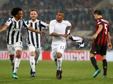 Douglas Costa celebra su gol ante el Milan en la final de la Copa de Italia
