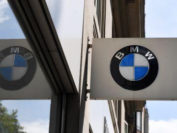 Vista de un logotipo del fabricante alemán de automóviles BMW