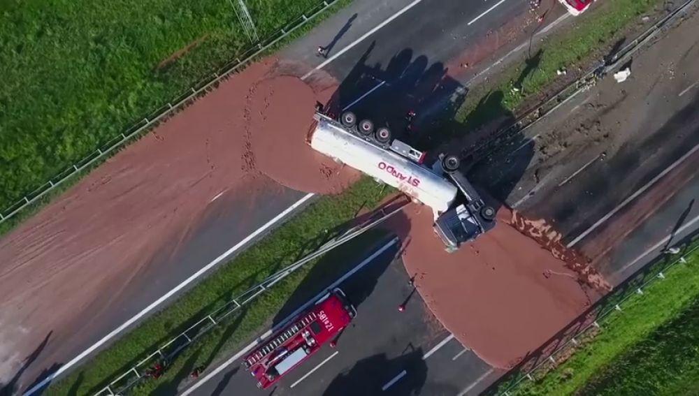 Miles de litros de chocolate derramado sobre una autopista tras el vuelco del camión cisterna