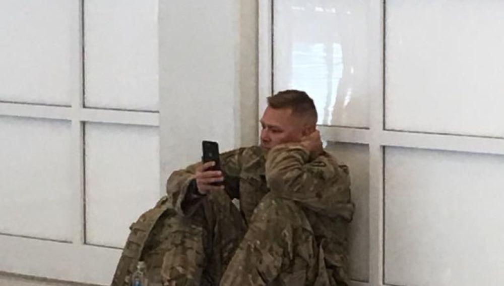 El soldado presenciando el nacimiento de su hija