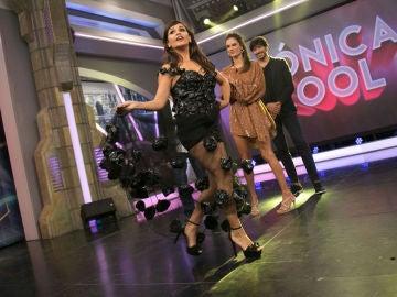 Mónica Cruz sorprende a Alessandra Ambrosio y Andrés Velencoso con un vestido hecho de bolsas de basura
