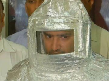 La policía exhibe a dos estafadores disfrazados como escarmiento