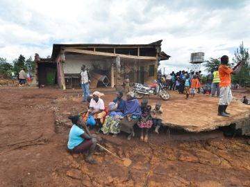 Varias personas tras destruirse la presa Petal