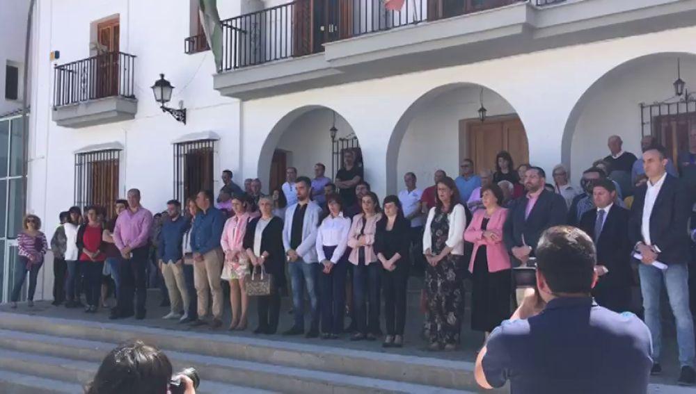 Minuto de silencio tras la muerte de una pareja en Granada