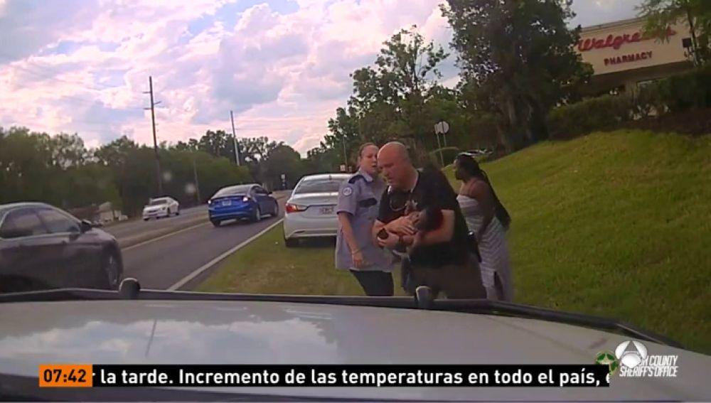 Un agente salva la vida de un bebé de 3 meses