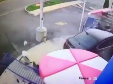 Un coche arrolla a una pareja en una terraza en Michigan, Estados Unidos
