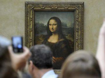 Turistas fotografiando 'La Gioconda' o 'Mona Lisa' en el Museo del Louvre