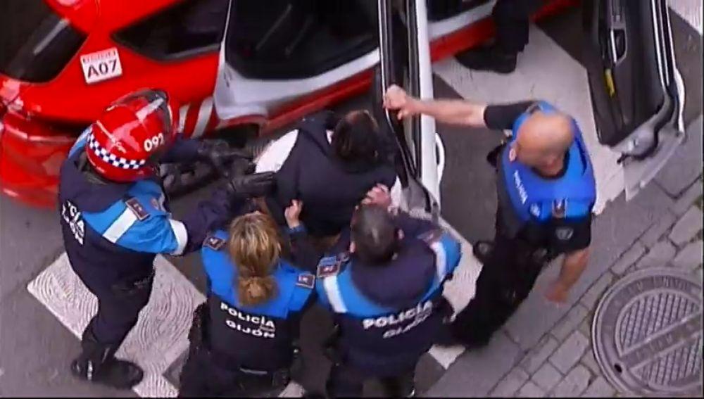 Detenido por agredir e intentar atropellar a unos agentes al no poder aparcar en una zona de carga y descarga