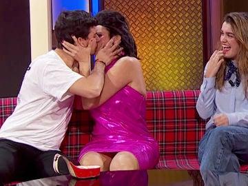 Alfred le roba un beso a Silvia Abril en 'La noche de Rober'