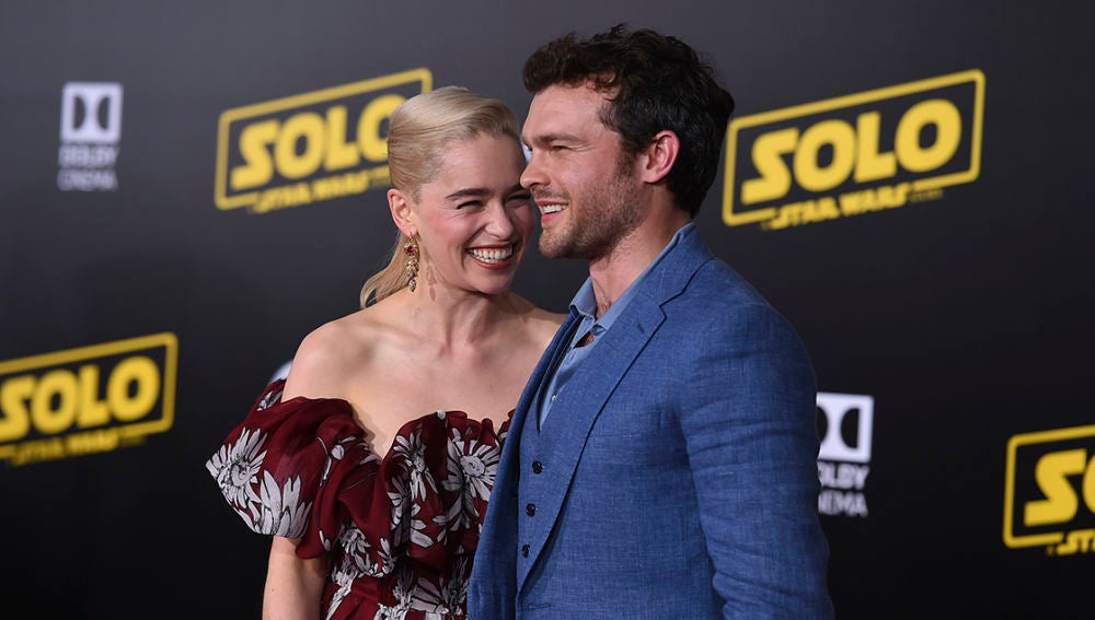 Emilia Clarke y Alden Ehrenreich, muy cómplices en la alfombra roja